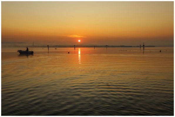 Sonnenaufgang über dem Zeller See mit Fischerboot 0550