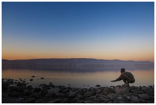 """Morgendämmerung an der Radolfzeller Mole - mit Kunstwerk """"El Nino"""" von Ubbo Enninga 2732"""