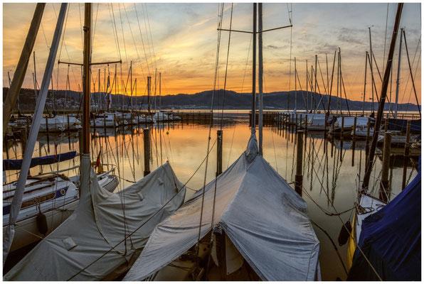 Kurz vor Sonnenaufgang im Jachthafen Bodman 2843