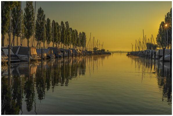Boote im Jachthafen von Moos im Morgenlicht 0612