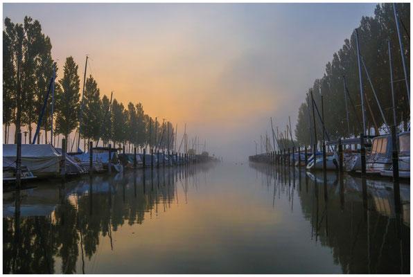 Morgendämmerung im Jachthafen von Moos 3458