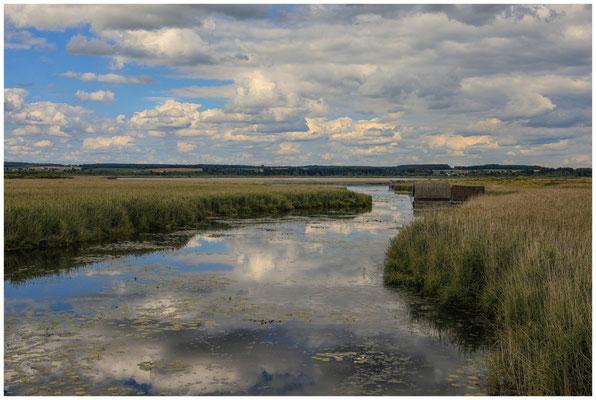 Uferlandschaft Federseekanal mit Bootshütten 3434