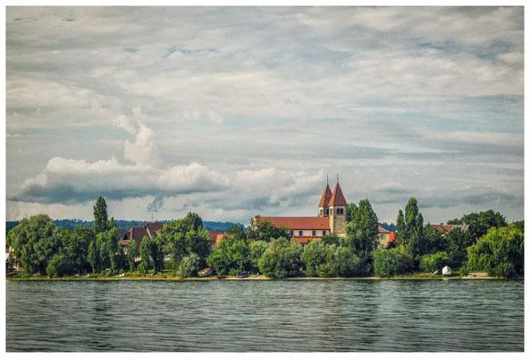 Blick auf die romanische Säulenbasilika St. Peter und Paul im Ortsteil Niederzell auf der Reichenau 9237