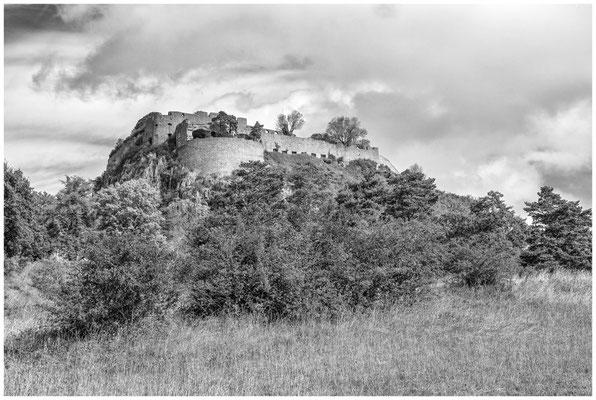 Hohentwiel - Blick auf die Obere Festung s/w 8175