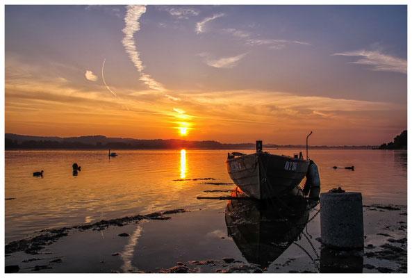 Sonnenaufgang mit Fischerboot auf der Insel Reichenau 0124