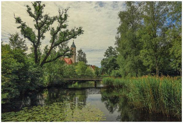 Wurzacher Ach mit Blick auf den Kirchturm der römisch kath. Kirche St. Verena 3159