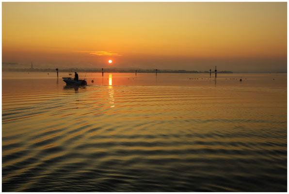 Sonnenaufgang über dem Zeller See mit Fischerboot 0548