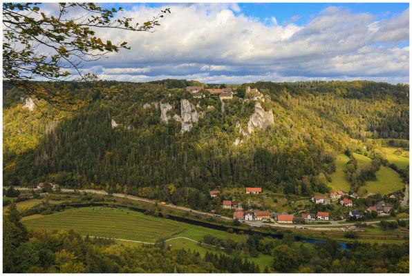 Schloss Werenwag und die Gemeinde Langenbrunn vom Hohlen Fels aus gesehen 8272