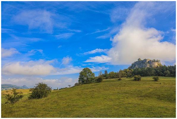 Obere Festung Hohentwiel rechts und links der Hohenkrähen 8153