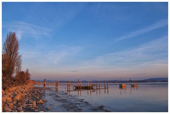 8096 Bootssteg mit Fischerboot und Fischreusen in Iznang