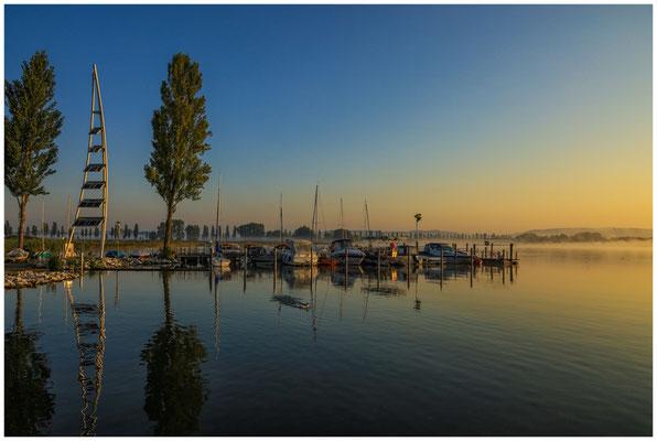 Boote im Jachthafen von Moos mit Solarturm 0592