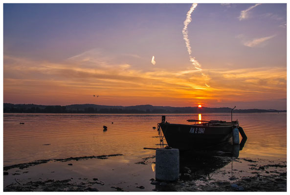 Sonnenaufgang mit Fischerboot auf der Insel Reichenau  0090