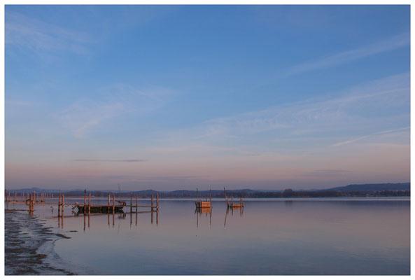 8090 Bootssteg mit Fischerboot und Fischreusen in Iznang