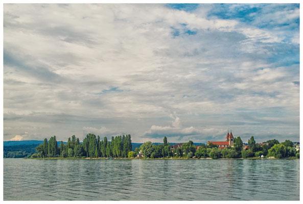 Blick auf die romanische Säulenbasilika St. Peter und Paul im Ortsteil Niederzell auf der Reichenau 9238
