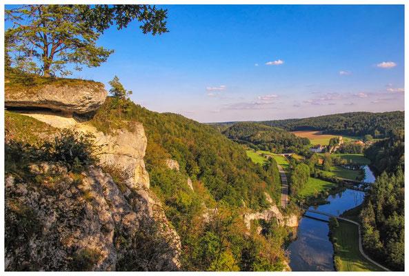 Teufelslochfelsen mit Blick auf die Donau und Burgruine Dietfurt 4276