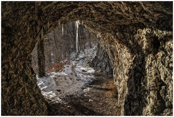 Felsdurchbruch mit Wanderweg 5819