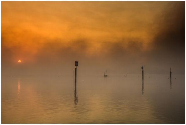 Sonnenaufgang über dem Zeller See mit Nebelschwaden 3489
