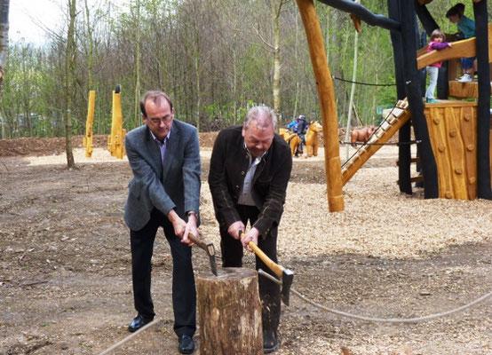 Bürgermeister Roland Ernst (EG Unterbreizbach, Foto l.) und Rhönforum-Vorsitzender und Landtagsabgeordneter Manfred Grob (Foto r.) eröffneten den Spielwald mit einem zünftigen Axtschlag.