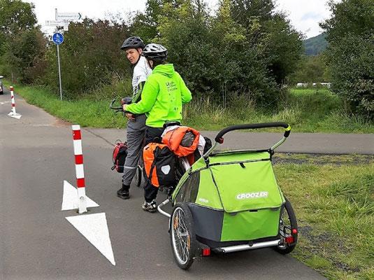 Radfahrer aus Frankfurt/Main (Ziel: Schmalkalden) auf dem Feldatalradweg bei Neidhartshausen freuten sich über den neuen Radweg und die gute Beschilderung