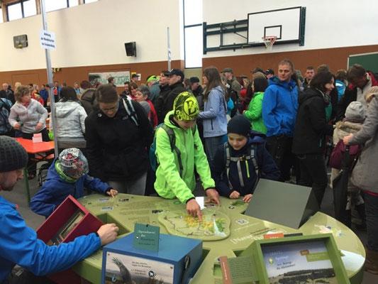 Der interaktiver Erlebnistisch des Biosphärenreservates Rhön war immer gut umlagert.
