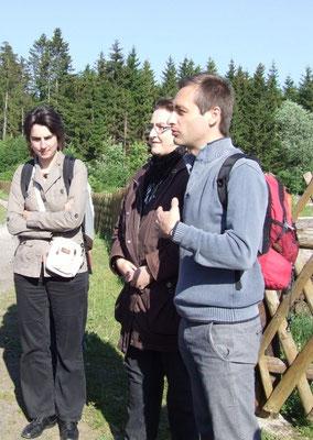 Exkursionsleiter Professor Guillaume Lacquement mit Regionalmanagerin Regina Filler an der Erlebniswelt Rhönwald Kaltenwestheim