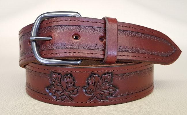 Damengürtel aus Rindsleder in Braun mit Ziernaht, weichem Wildleder unterlegt und individueller Punzierung. 120 €