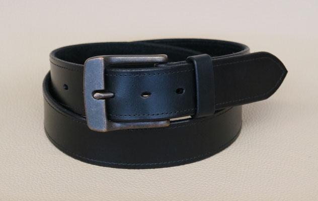 Herrengürtel aus Rindsleder in Schwarz mit Ziernaht und weichem Wildleder unterlegt. 100 €