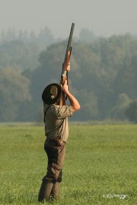 Jagdlicher Anschlag - Schuss in die Luft, vom Hund weg - einwandfrei