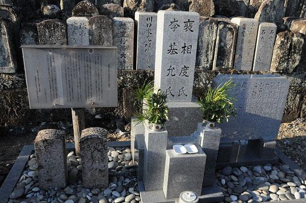 2人の墓石は無縁墓の中から探し出され、新しい墓石も建てられています。