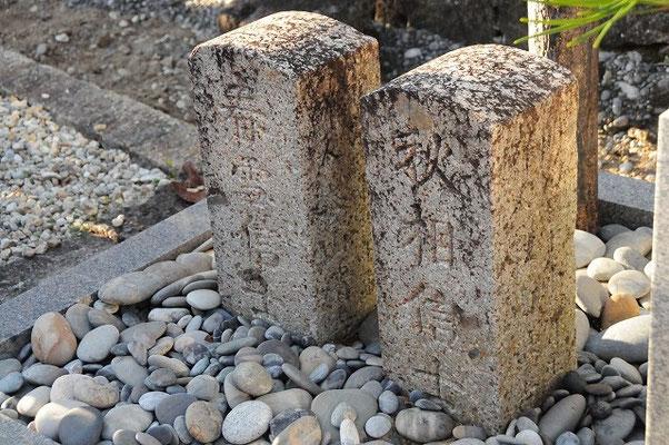 当時の墓石には、4字しかない戒名や日本名のみの表記など、朝鮮民族への偏見が指摘されています。