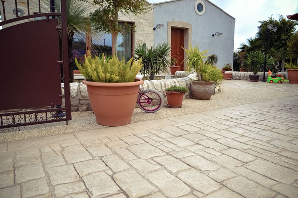18 Ingresso con giardino / Basole e ghiaia a vista