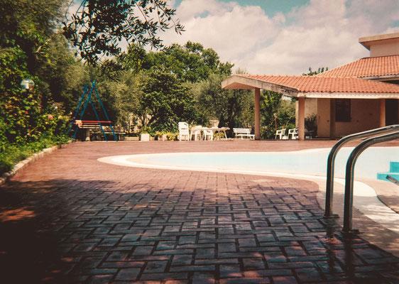 26 - Bordo piscina / Mattoni a spina di pesce