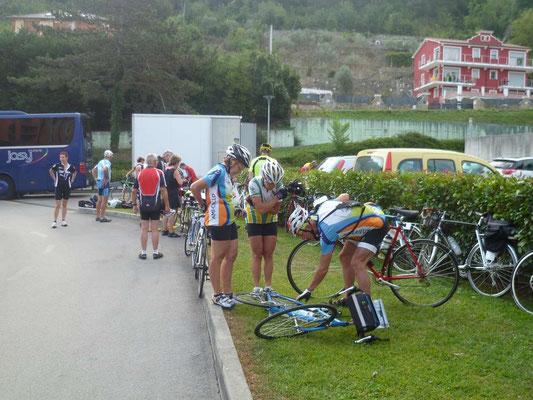 Déchargement et préparation des vélos