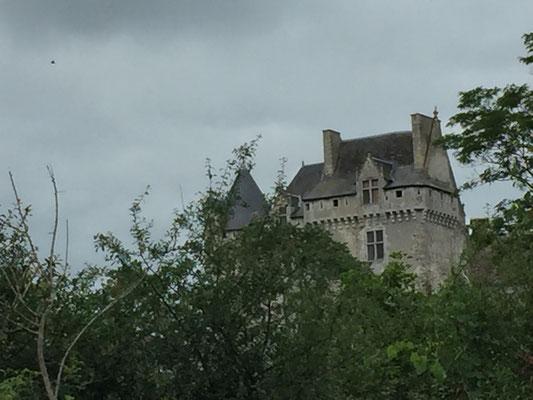Vendredi 1er juin nous apercevons le chateau de Rosnay sur la hauteur