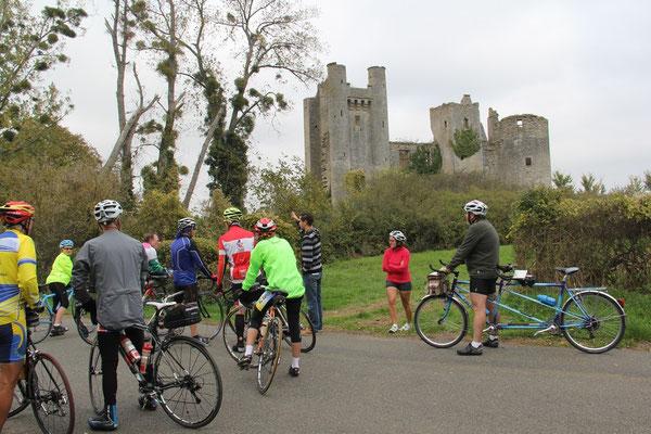 devant le chateau médiéval