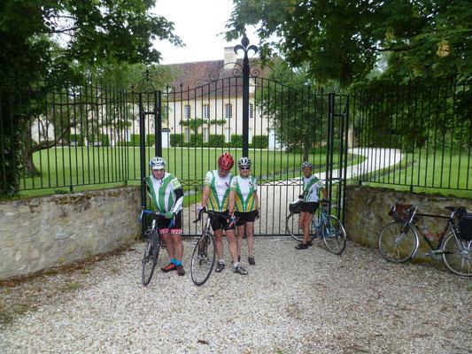 A l'entrée du chateau de Corbançon