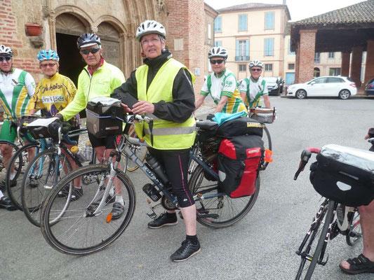 Cyclote en cyclocamping rencontrée à Lombez. Poids du vélo 45 kg Montpellier-Cherbourg et retour!
