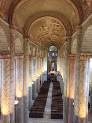 Seule Vincelette est entrée admirer l'intérieur de l'église de Saint Savin