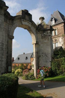 Porte de l'abbaye Saint Josse à Dommartin. Michel entre dans les Ordres