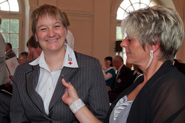Irene Schwörer freut sich mit einer Kollegin über die Blutspende Ehrung in Berlin