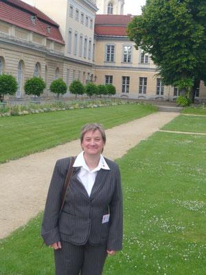 Irene Schwörer vor dem Schloss Charlottenburg in Berlin