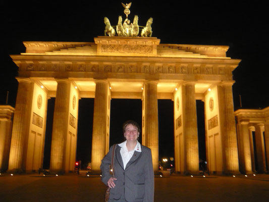 Irene Schwörer vor dem Brandenburger Tor in Berlin