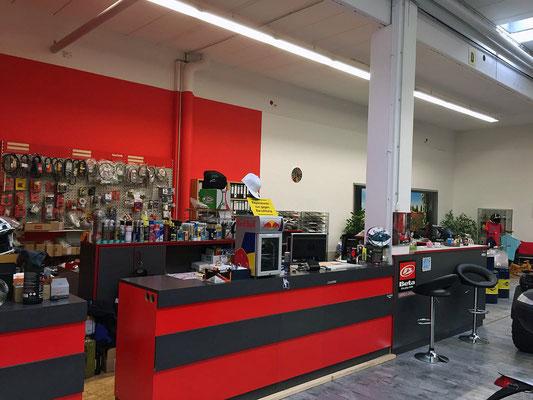 Unsere Ladentheke mit Zubehör im Hintergrund