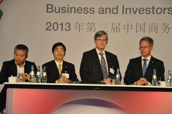 Toni Cheng (CEO Huawai Deutschland), Zhou De Wen, Univ.-Prof. Dieter Senk (RWTH Aachen Universität), Jürgen Steinmetz