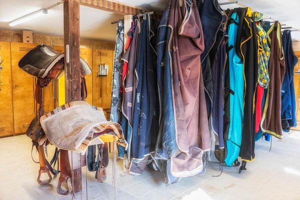Sattelkammer mit Sattel und Decken