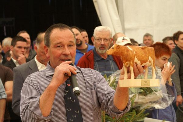 Ok-Präsident Daniel Zürcher präsentiert den Preis für die Juniorchampion