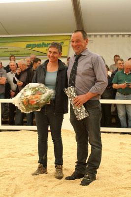OK-Präsident Daniel Zürcher und Marianne werden verdankt für ihre geleistete Arbeit seit der Gründung der Expomittelland im 2010.