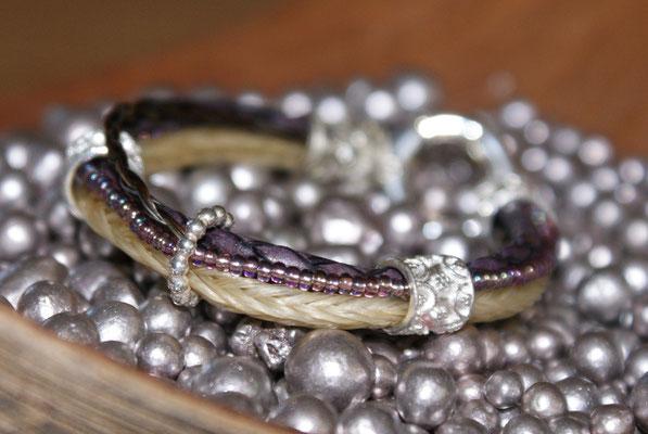 mit Perlen bestückt