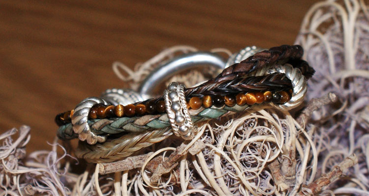 mit Tigerauge-Perlen bestückt