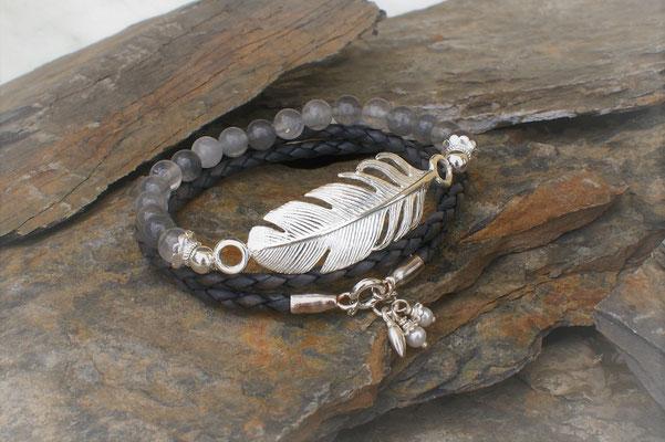 Armband mit Feder und Grauquarz kombiniert mit Armband in grauem Leder